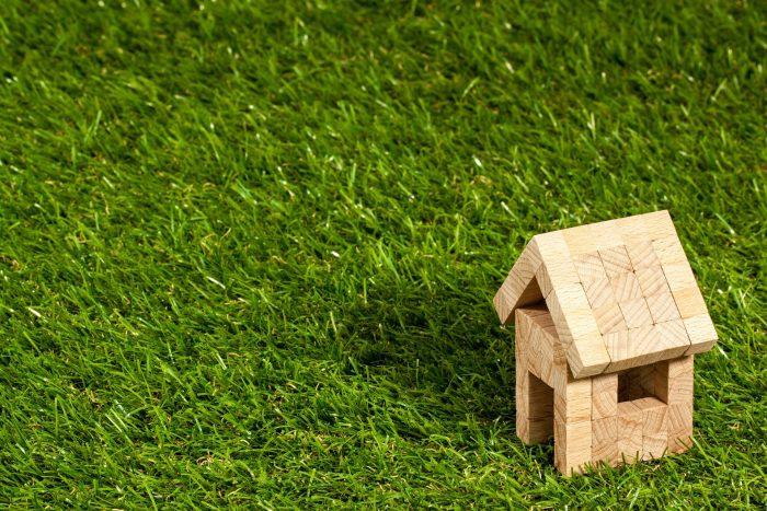 Maison bois sur pelouse estimation